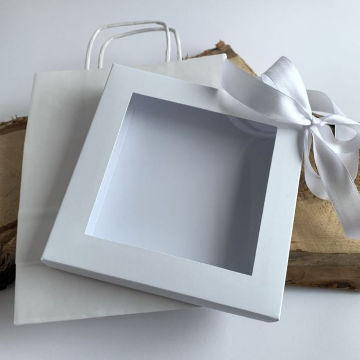 Białe pudełko z wstążką i torebka do kartki -