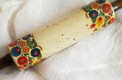 Kolorowy wałek do ciasta w stylu folk