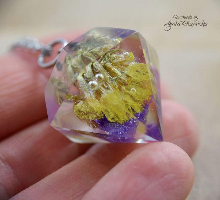 Wisiorek diament z kolorowymi kwiatami - We wnętrzu zatopiłam kolorowe kwiaty zatrwianu