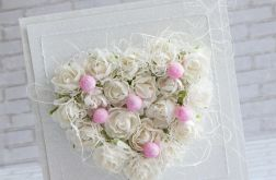 Białe róże, różowe perły, serce