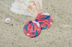 Małe, koralowo-kolorowe kolczyki wkrętki koła