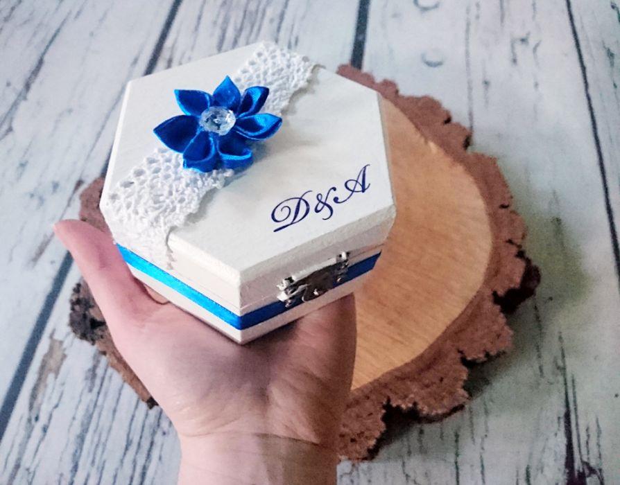 Biało-chabrowe pudełko na obrączki