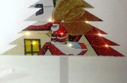 Drewniana choinka Mikołaj na dachach domu led