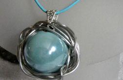 Projektowy wisior, duża, błękitna kula, porcelana w drucie, metaloplastyka