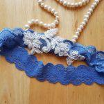Ślubna podwiązka niebieska koronka