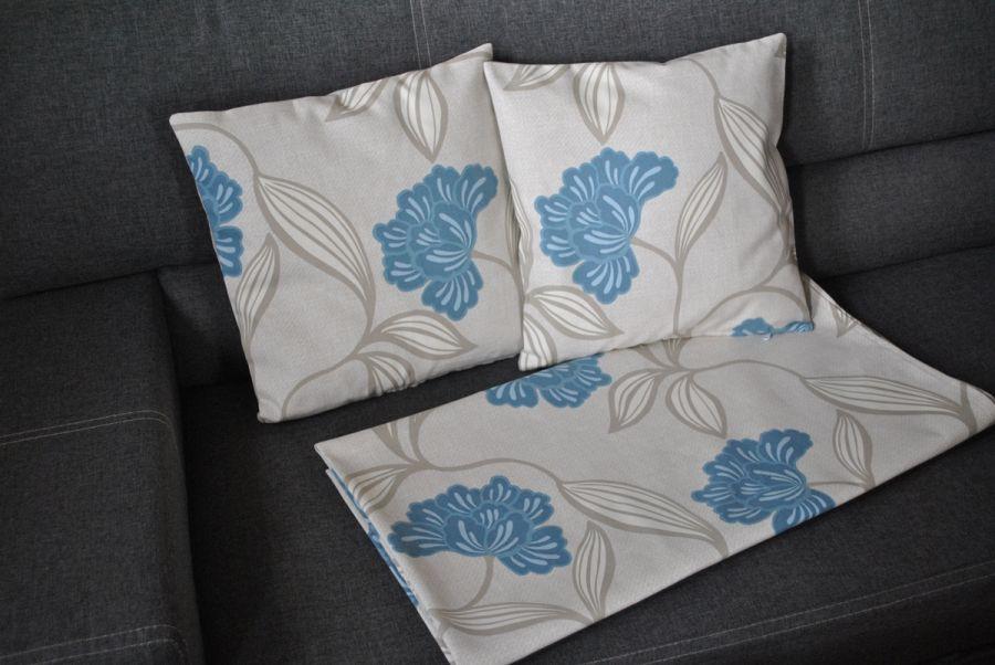 Duży obrus - błękitne kwiaty na beżu -