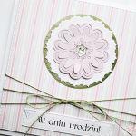 Kartka W DNIU URODZIN z różowym kwiatkiem - Pastelowa kartka urodzinowa