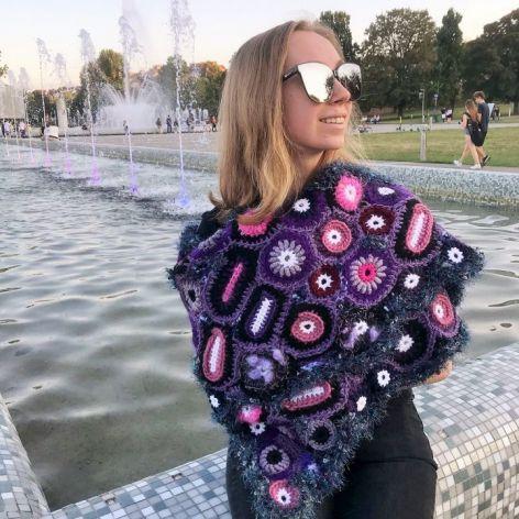 Szal freeform crochet fiołki i róże