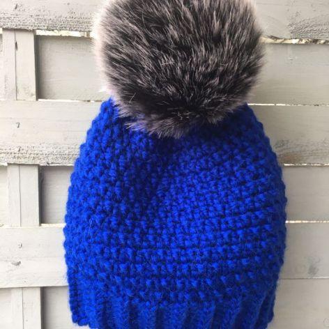 Kobaltowa czapka z  dużym czarnym pomponem