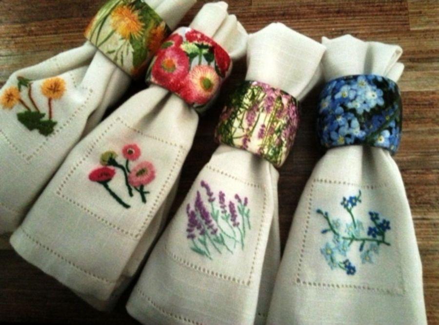 Serwetki i pudełko do herbaty polne kwiaty - Drewniane zapinane pudełko do herbaty, ręcznie zdobione metodą serwetkową decoupage. Na tle, (jasne ecru)  filiżanka stara porcelana a w niej bukiecik polnych kwiatków.na zdjęciu widać lekki połysk wieka oraz wnętrze pudełka