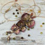 Wisior z kwiatami orchidei w barwach jesieni -