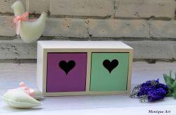 Pastelowa szafka z szufladkami, serca