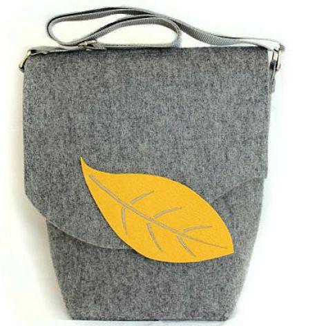 Listonoszka z żółtym liściem