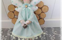 Aniołek w sukience w miętową krateczkę