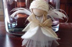 aniołek w sukience z tiulu i filcowej kamizel
