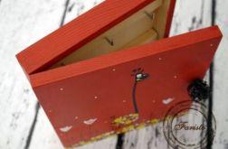 czerwone pudełko na klucze żyrafa