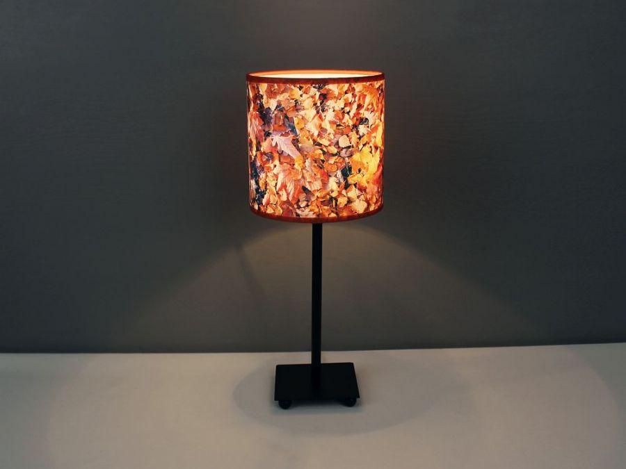 """Lampa w jesienne liście """"Colours of autumn"""" S - Zapalona wieczorem stworzy przytulną atmosferę, a podświetlony wzór ożywi pomieszczenie."""