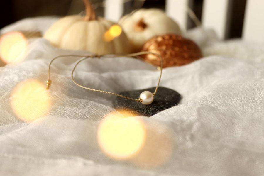 Perełka na delikatnym złotym sznureczku - Subtelna bransoletka z perłą hodowlaną