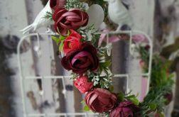Wianek kwiatowy w kolorze marsala