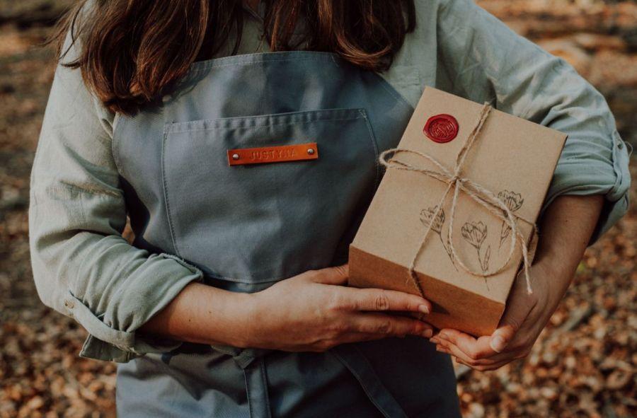 Kubek artystyczny z zaparzaczem - Zakochane borsuki - Opakowanie prezentowe