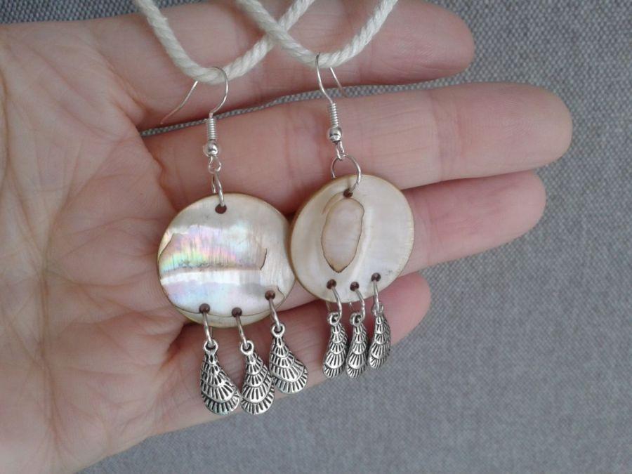 Kolczyki z  masy  perłowej z piórkami - kolczyki z masy  perłowej