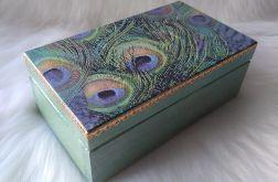 mała szkatułka z pawimi piórami