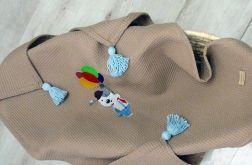Wafelkowy kocyk z chwostami i haftem - piesek z balonami