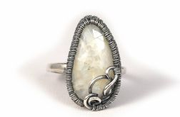 Srebrny pierścionek z kamieniem księżycowym,