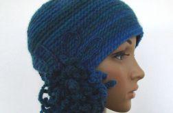 czapka w błękitach z ozdobą