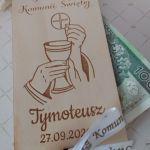 Pamiątka Pierwszej Komunii - drewniane pudełko na pieniądze z życzeniami - pudełko - widok z góry
