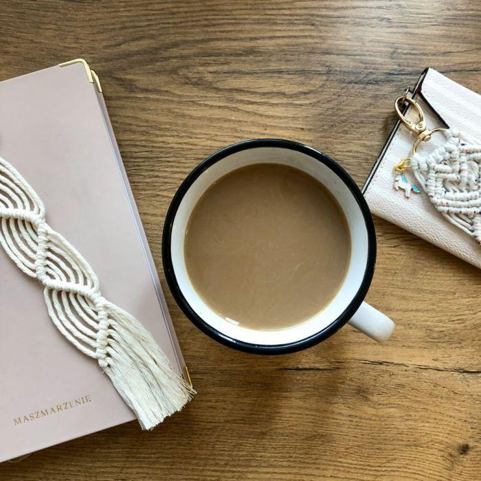 Zakładka do książki handmade z frędzlami - w użyciu