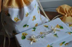 Komplet w zółte kwiatki - etui na chusteczki i worek na bieliznę