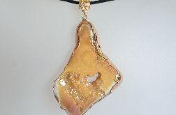 Kryształ z tytanem piękny kamień w złocie