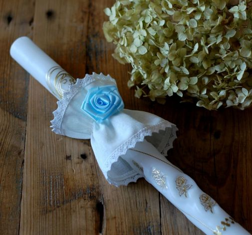 Kryza na świecę z niebieskim kwiatem