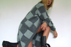 sweter w kwadraty szaro-szare