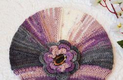 Czapka w odcieniach szarego, kremu i purpury