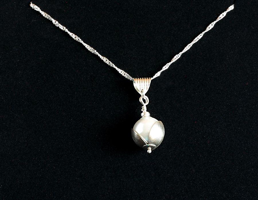 Perła w muszli - perła w srebrnej muszli