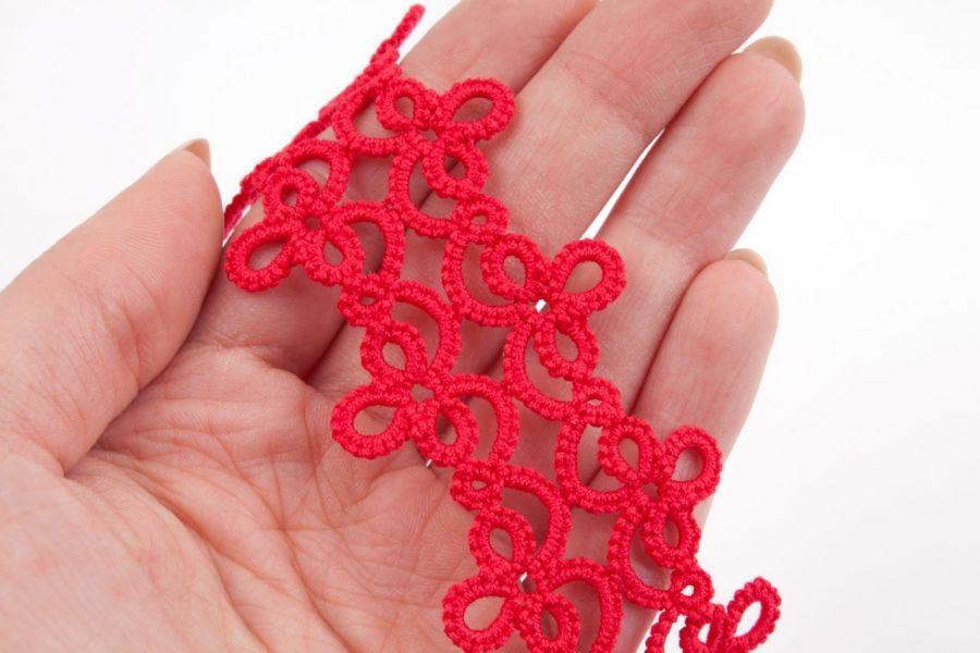 Bransoletka czerwona frywolitkowa B05