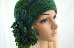 czapka w zieleniach z ozdobą
