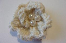 Broszka - biała gardenia z trzema perłami