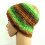 czapka z ozdobą w zieleniach i brązach - drugi bok