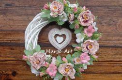 Wianek z kwiatową dekoracją i sercem