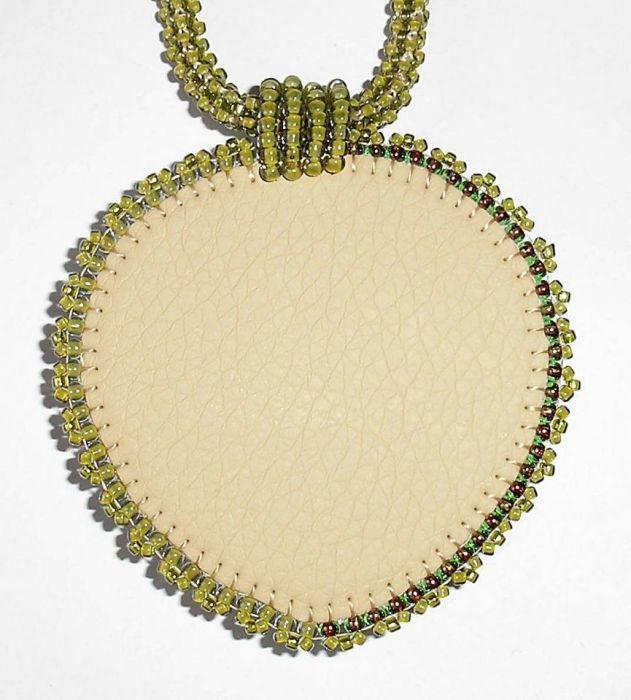 Wisior z jadeitem na koralikowym sznurku