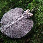 Breloczek liść boho szary brąz II