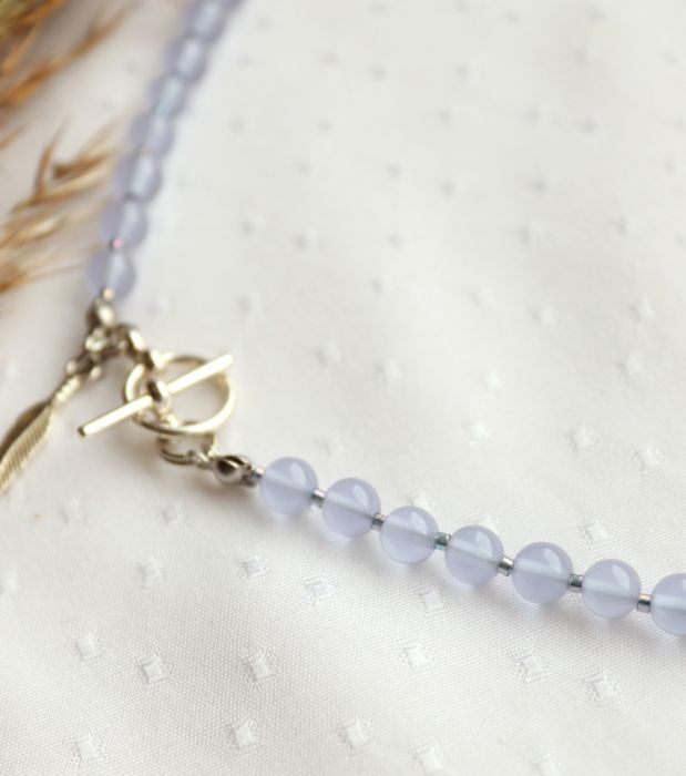 Fioletowo-niebieski naszyjnik z piórkiem - Naszyjnik z kamieni i małych koralików
