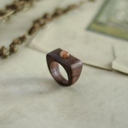 Drewniany pierścionek z kamieniem słonecznym