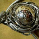 Srebrna kula w drucie, wisior, metaloplastyka