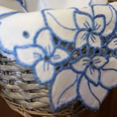Serwetka z niebieskim haftem