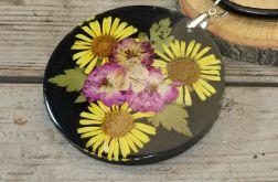 wisior z żywicy i żółtych kwiatów drugi