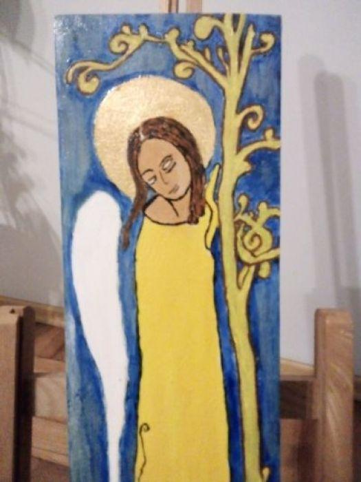 Stojący anioł - zbliżenie na część środkową